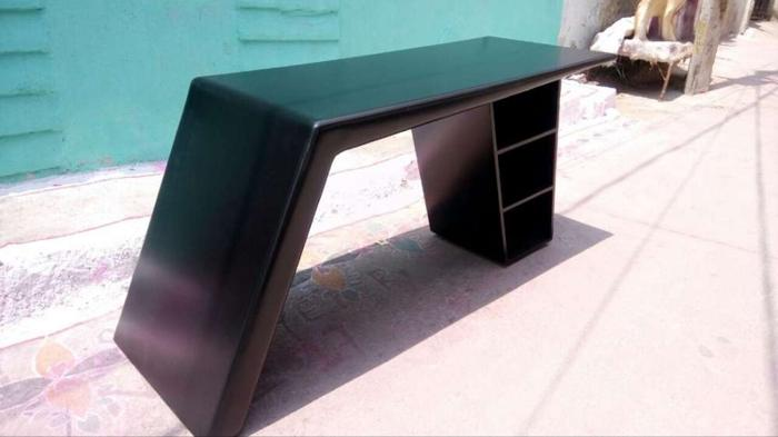 5/2 feet stylish designed office table in z black