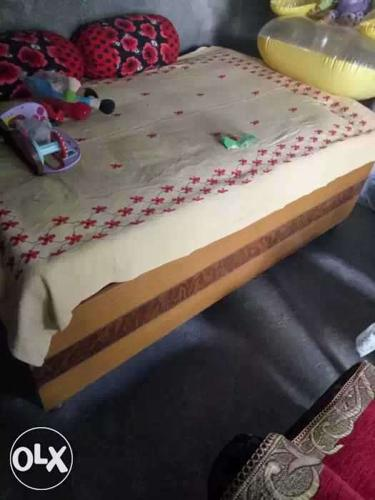 Brown wooden diwaan bed with box in good condition