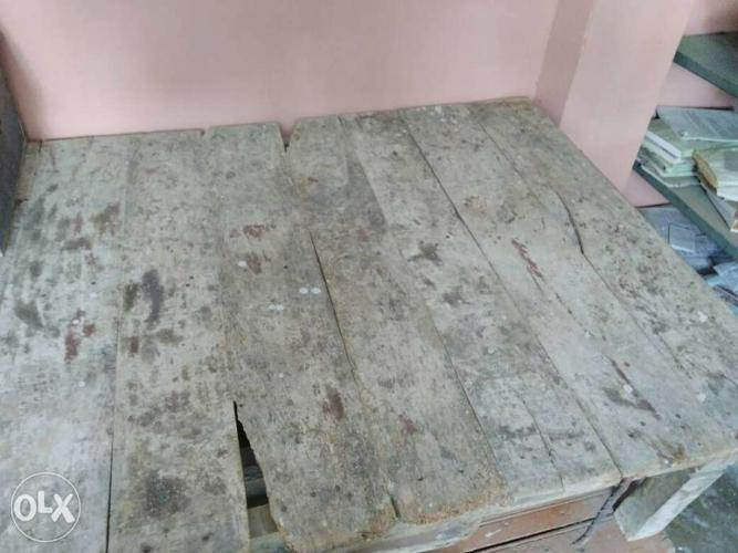 Single bed in good condition with nice wood size