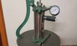 Industrial hand pump with stand fitted with pressure